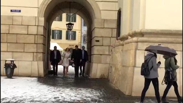 Carmen Iohannis a mers la biserică în fustă scurtă! Prima apariţie după absenţa de la Parchetul General. GALERIE FOTO
