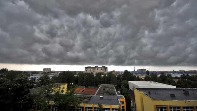 Meteorologii au emis un cod galben de furtună! Vezi unde va cădea și grindină!