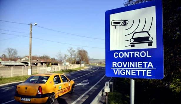Pe toate drumurile din țară sunt panouri care aduc aminte șoferilor de obligativitatea rovinietei și amenzile pentru neachitarea taxei de drum