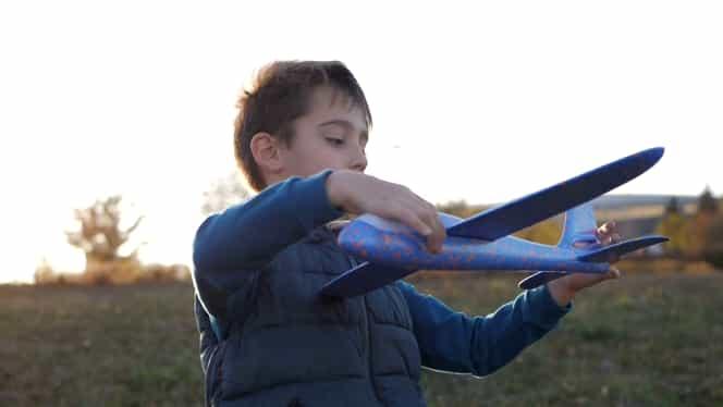 Surpriza revistei TAIFASURI de Ziua Copilului! Cadoul dorit de orice copil: faimosul Avion Fantastic! Avionul + TAIFASURI, numai 14,99 lei, cel mai mic preț posibil! Nu ratați cea mai dorită jucărie a momentului!