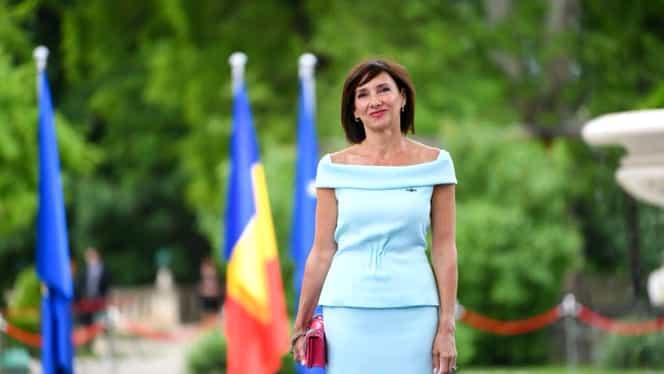 """Cine o îmbracă pe Carmen Iohannis. Designerul care a criticat-o dur pe soția lui Klaus Iohannis: """"Poartă fustă exagerat de scurtă"""""""