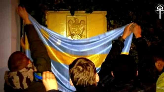 Stema României de la Ambasada din Ungaria, acoperită cu steagul secuiesc!