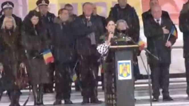 O cântăreață celebră riscă amendă pentru că a intonat greșit Imnul României, la Piatra Neamț