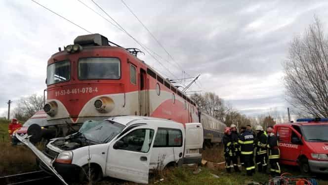 Accident grav în Suceava! O mașină a fost lovită de tren. Foto + Video