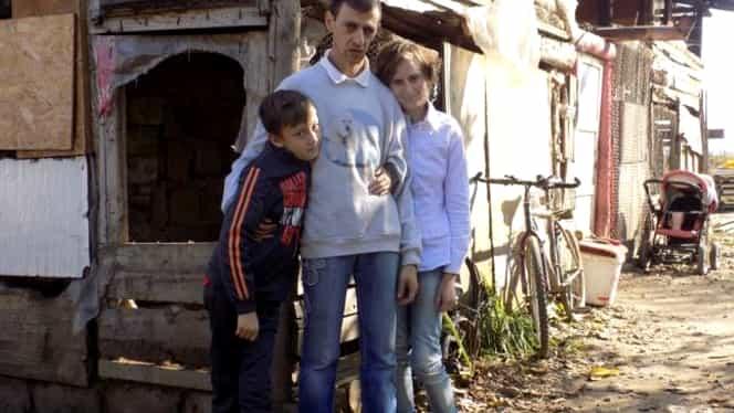 Poveste din România. Tatăl care creşte 2 copii premianţi într-un grajd