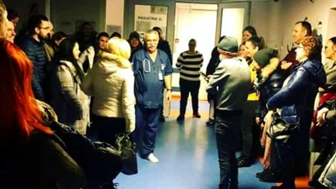 Scene uluitoare la Spitalul Marie Curie. Zeci de oameni din întreaga țara l-au așteptat la ora 6 dimineața pe unul dintre medici! Foto