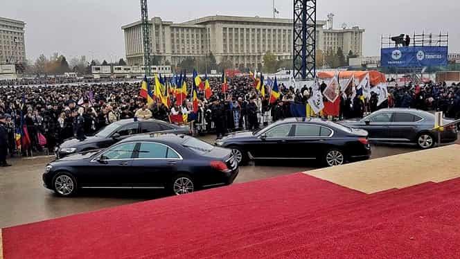 """Maşinile preoţilor de la Catedrala Neamului. 420.000 de euro """"parcaţi"""" în faţa bisericii"""