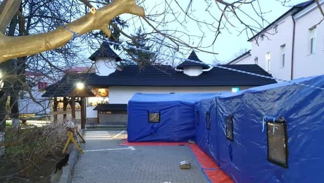 Corturi-tunel pentru decontaminarea medicilor, montante în fața Spitalului Județean din Suceava