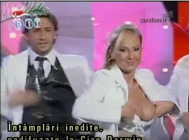 Aceste imagini ruşinoase NU s-au văzut la TV, dar noi la avem. Roxanei Ionescu i-au ieşit sânii din sutien!