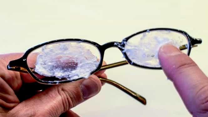 Cum scapi de zgârieturile de pe lentilele ochelarilor cu bicarbonat de sodiu