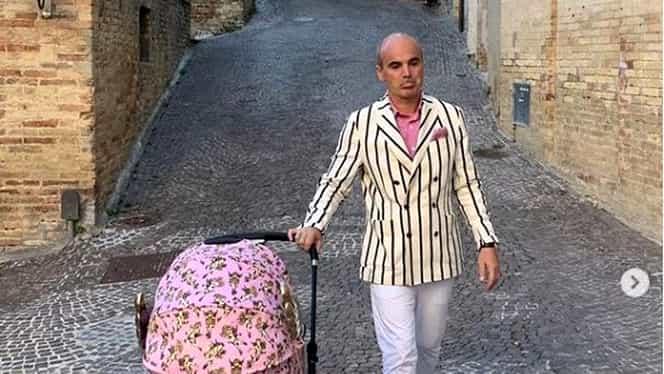 Imaginea virală cu Rareș Bogdan. Cum s-a îmbrăcat fostul realizator TV când a ieșit cu copilul la plimbare. A atras toate privirile