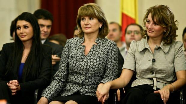 Maria Băsescu, lecție de stil și eleganță! Fosta Prima Doamna a României, Maria Băsescu, a fost întotdeauna o prezență discretă și elegantă.