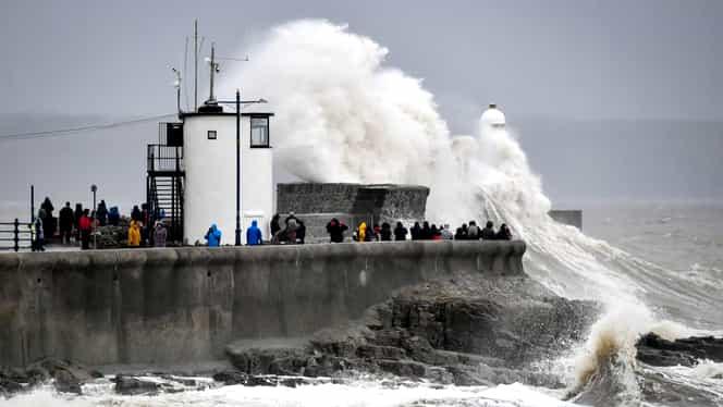 Furtuna Dennis din Marea Britanie a făcut primele victime. Mai multe localități au fost evacuate