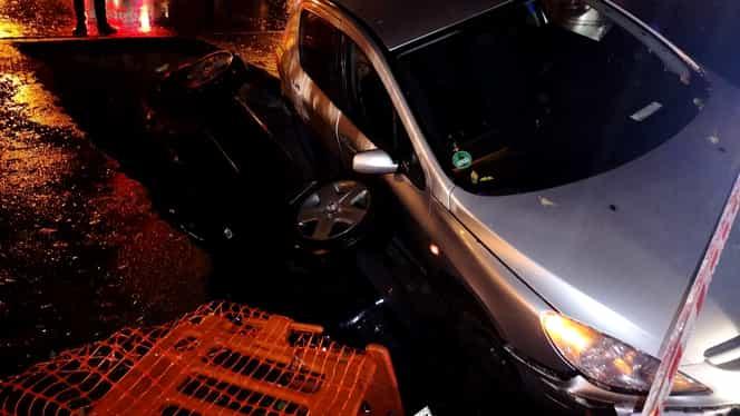 Scenariu horror în capitală! Două mașini au fost înghițite de o groapă făcută de cei de la RADET în Drumul Taberei!