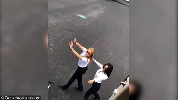 VIRAL! Kiki Challenge: Pilotul a sărit din avion și a început să danseze pe melodia lui Drake