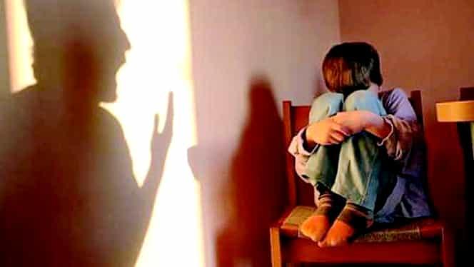 O fetiță din Roman, bătută de mamă cu mătura! Clipul a fost distribuit pe facebook de tatăl ei. Video