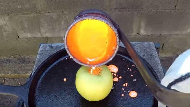 VIDEO! A scobit un măr şi a turnat cupru topit în interiorul lui. Ce s-a întîmplat la final a cucerit internetul