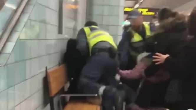 O femeie însărcinată în 8 luni a fost scoasă cu forța de la metrou pentru că nu avea bilet