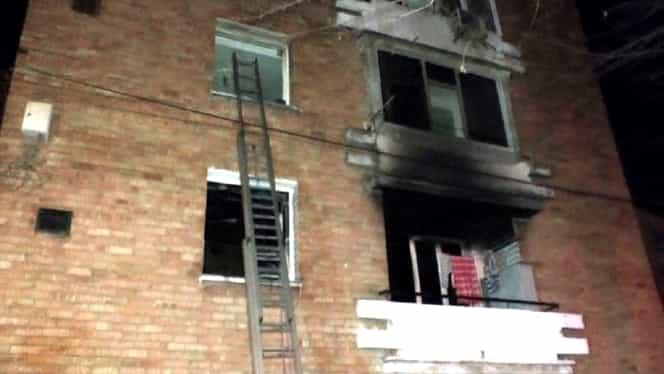 Incendiu în Piatra Neamț. Un apartament a luat foc. Zeci de persoane evacuate din bloc