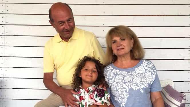 Fiica cea mică a Elenei Băsescu seamănă leit cu bunicul Traian