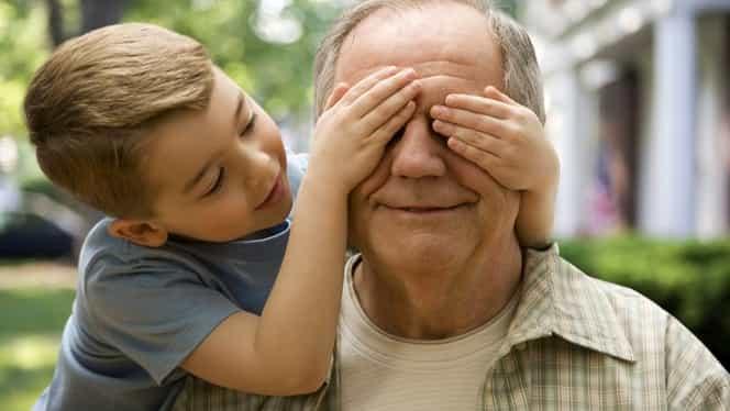 Indemnizația pentru bunicii care își îngrijesc nepoții a trecut de Senat. Cât primesc bătrânii și care sunt condițiile