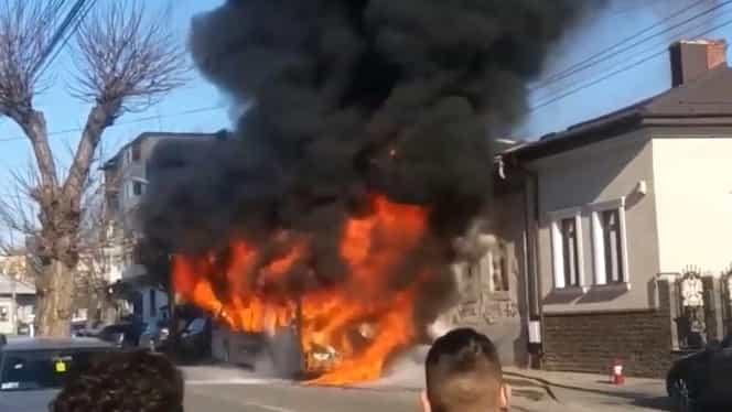 Autobuz în flăcări la Craiova! Călătorii au ieșit la timp din mașină