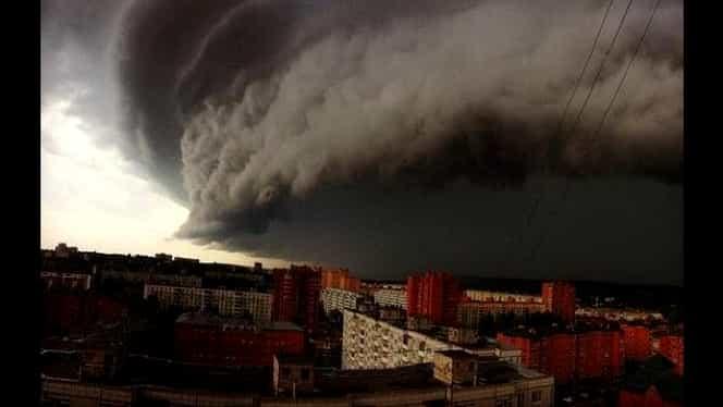 Un uragan FĂRĂ PRECEDENT urmează să lovească două insule franceze! Rafalele de vânt au atins 360 de km/h!