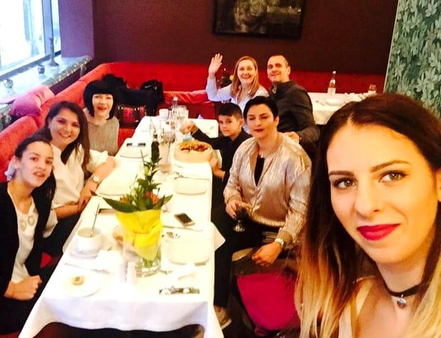 Neti Sandu, la masă, la restaurant, împreună cu mai mulți prieteni și rude