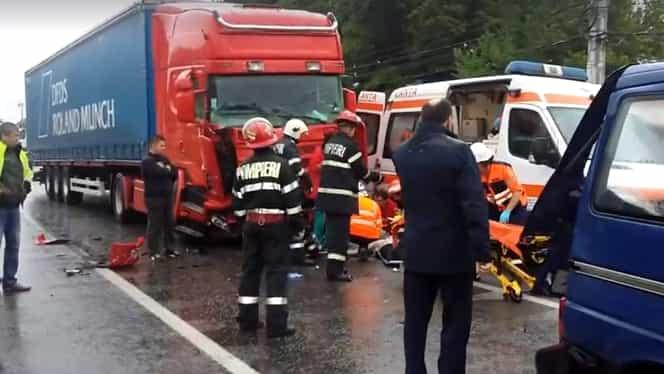 Microbuz cu 17 elevi, spulberat de un TIR pe centura Lugojului! Ambulanțele au intervenit!