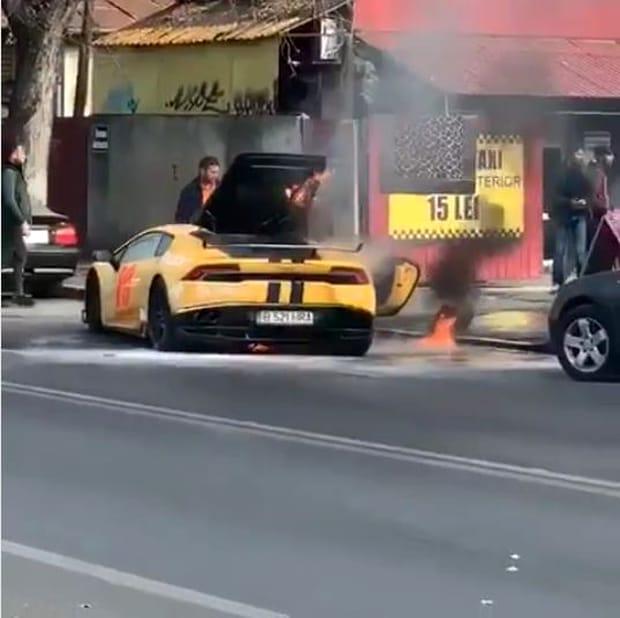 Incidentul s-a petrecut pe Șoseaua Andronache din București, iar femeia nu s-a pierdut cu firea. A coborât de la volanul bolidului de sute de mii de euro și a sunat urgent la 112. Imediat, la fața locului s-a deplasat o echipă de pompieri care au intervenit.