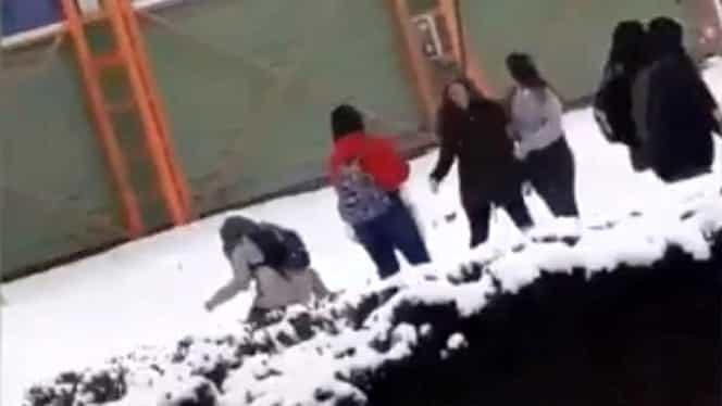 """Bătaie ca-n """"șapte păcate"""" între eleve! Șase tinere și-au împărțit pumni cu nemiluita chiar în fața sediului Poliției Locale"""