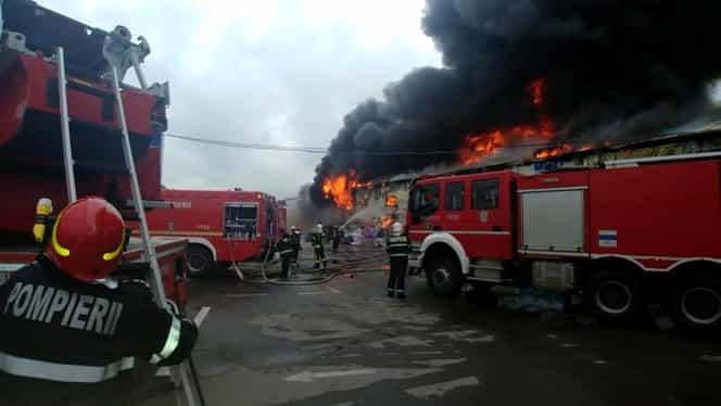 Incendiu de proporții în București! Șase case au fost cuprinse de flăcări, iar incendiul s-ar putea extinde
