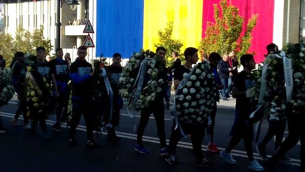 Mitropolitul Olteniei a început înmormântarea alături de un sobor de preoți. Ilie Balaci a fost condus pe ultimul drum alături de militari și fani care i-au făcut bannere cu mesaje fel de fel mai emoționante.