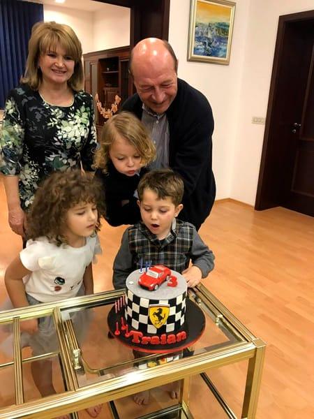 Maria Băsescu apare întodeauna, în fotografii, alături de nepoţei. Este o soţie, mamă şi bunică extrem de fericită fericită.