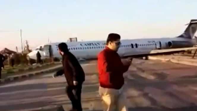 Momente de panică în Iran! Un avion a aterizat forțat chiar în mijlocul străzii VIDEO