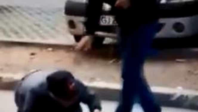 Caz înfiorător în Gorj! Tânăr filmat în timp ce plimba în lesă un alt bărbat