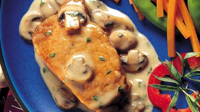 Rețeta zilei. Mușchiuleț de porc cu sos de smântână, ciuperci și gorgonzola