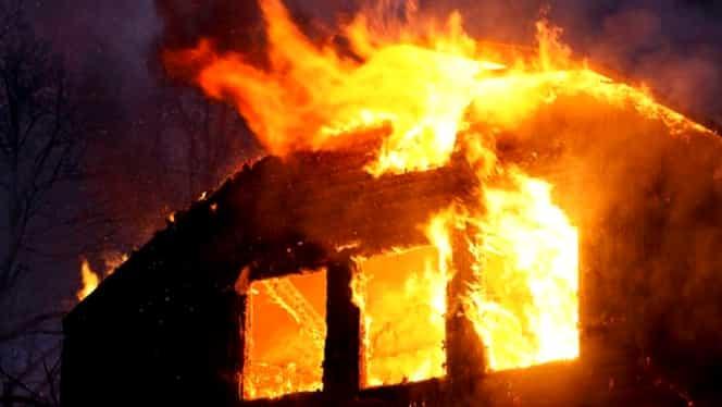 Tragedie în județul Bihor! O fetiță a fost salvată, dar bunicul ei a murit într-un incendiu care aproape a mistuit o casă