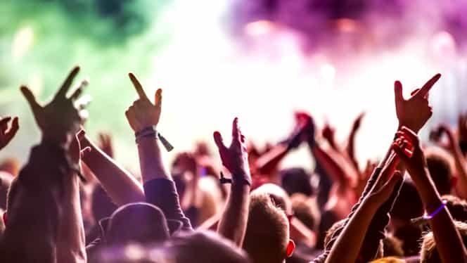 O legendă a muzicii britanice s-a prăbuşit pe scenă, în timpul unui concert!