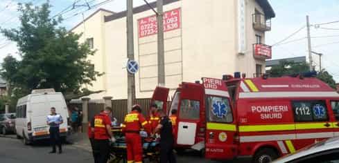 Un microbuz a intrat într-un pom, în Capitală. 7 persoane rănite