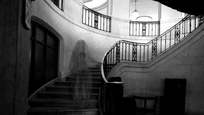 Fantomă surprinsă de un muncitor care repara o casă foarte veche!