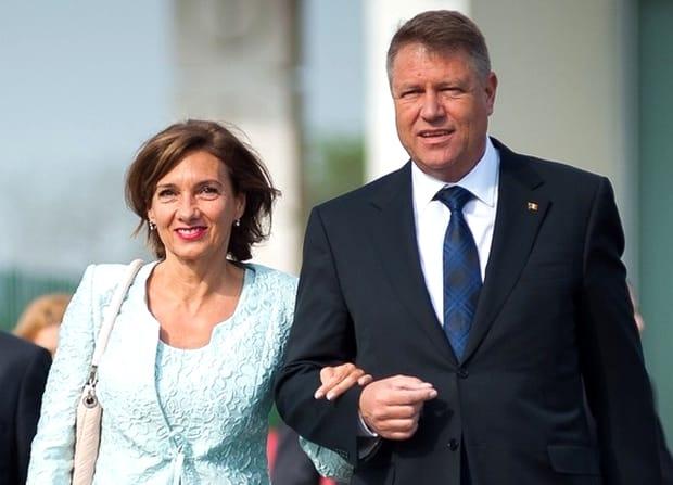 Carmen Iohannis a avut o apariție răvășitoare, la aniversarea prințului Charles. Prima Doamnă a României a purtat o rochie extrem de elegantă, roșie, cu mâneci din tull transparent, care este semnată de Andrea Tincu, o tânără creatoare din România.