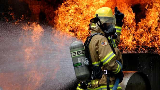Pompier în ger, cu uniforma udă. Imagine cât o mie de cuvinte!