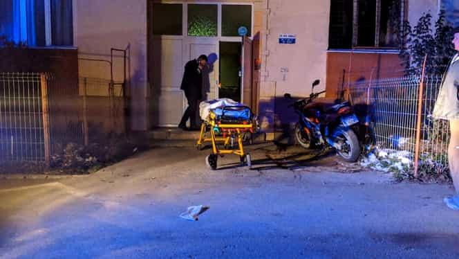 Un copil de trei ani şi bunicul său au căzut pe casa scării unui bloc din Bistrița! Bărbatul a murit, iar copilul a fost resuscitat