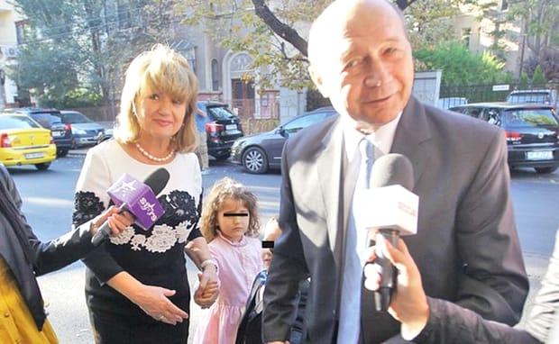Cu toate acestea, toată lumea s-a pozat cu toată lumea, mai puțin fostul președinte cu cei care erau implicați în acest mare eveniment. Băsescu nu a apărut în fotografii, deși, în mare, s-a pozat cu toată lumea.