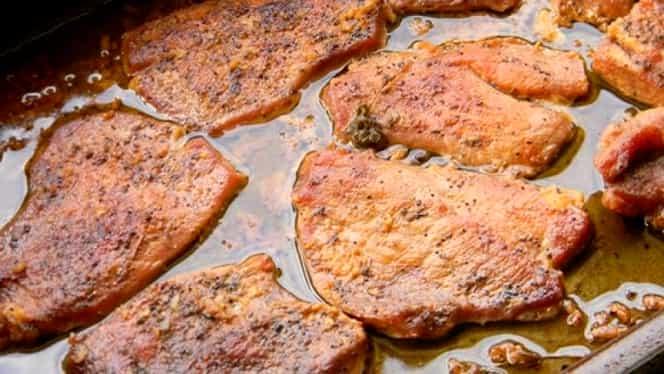 Cea mai bună friptură de porc la cuptor, cu usturoi şi vin. E perfectă pentru masa de Revelion