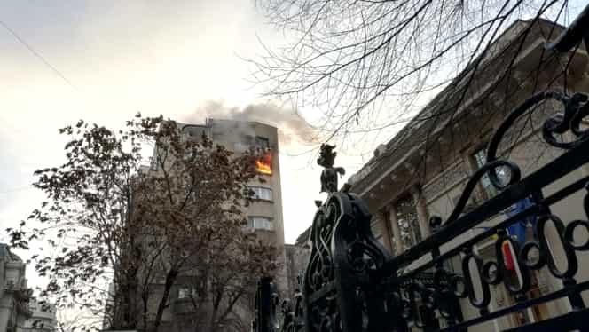 ALERTĂ! Incendiu în Capitală! Un bloc a luat foc și o persoană a murit