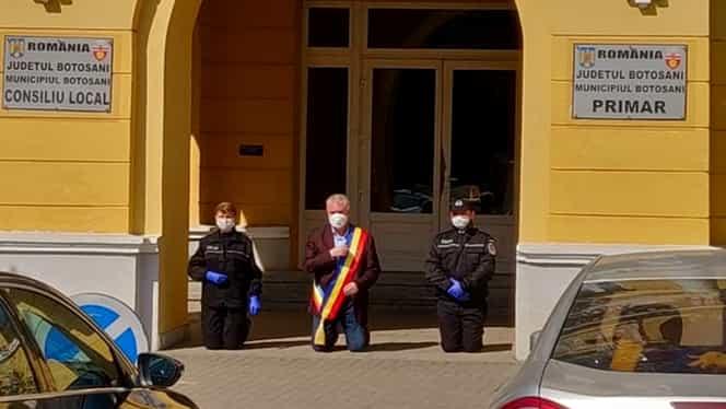 """Primarul Botoșaniului, criticat pentru că s-a așezat în genunchi la racla cu moaștele Sfintei Parascheva: """"Cât de slugarnici și înapoiați pot fi unii!"""""""