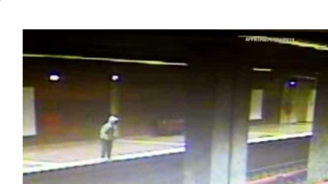 VIDEO Momentul în care femeia de la Apărătorii Patriei se aruncă în fața metroului care intră în stație