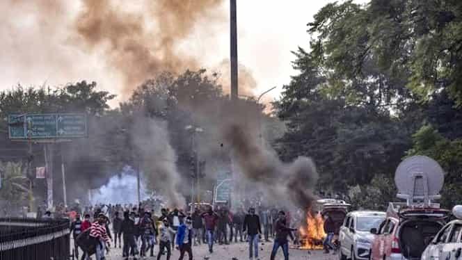 Proteste violente în New Delhi din cauza noii legi a cetățeniei! 20 de persoane au murit și alte 200 au fost rănite în urma luptelor cu săbii și pistoale